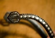 Богато украшенная шпора периода КР. Ташуирование серебром