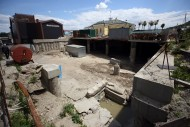 Основная часть раскопок на Почтовой площади ведется под бетонными плитами, на фото – уходящее вглубь темное пространство справа (Виталий Носач, Styler.rbc.ua)