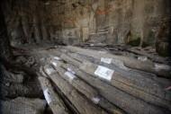 Элементы деревянной мостовой, найденные во время археологических раскопок на Почтовой площади