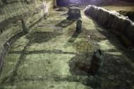 Раскопки на Почтовой площади образовывают! Обратите внимание на черные полосы – это остатки деревянных конструкций усадьбы, которые перегнили