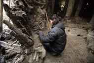 Археологи аккуратно очищают найденные деревянные артефакты от грязи