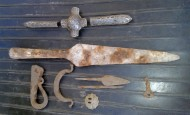 Детали оголовья коня, наконечник копья, крисало (обе половинки), наконечники стрел, амулет-топорик?, рондель