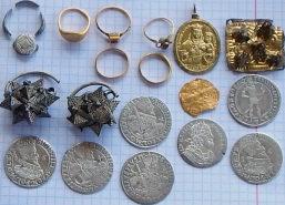 Небольшой, но весьма ценный, клад монет и украшений развитого и позднего средневековья: перстни, кольца, колты, ладанка.