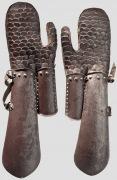 Пара наручей с чешуйчатыми рукавицами