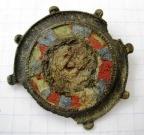 Фибула-брошь, 2 век н. э., провинциальный Рим. Медный сплав, литье, выемчатая эмаль.