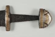 Инкрустация рукояти меча: 1. Белое - серебро; 2. желтое - золото; 3. между серебром и золотком медные полоски проскакивают.