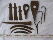 Топоры, ложкорезы, серпы, пика даже с остатками окаменелого дерева