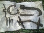 наконечники стрел, ножичек, удила, подкова, монеты, режущий инструмент