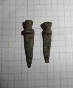 Пара шпеньков-застежек бронзовых, и один серебрянный