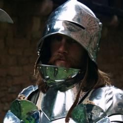 Рыцарь  в сверкающих латах