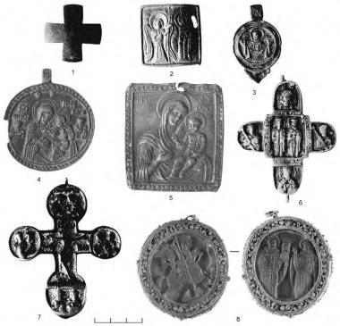 1 — Крест, вырезанный из пластины (Скандинавия или Северная Русь, кон. X — нач. XII в. (?), медь, MNK XVIII-167);  2 — нагрудная икона двусторонняя (или часть диптиха), обратная сторона — Благовещена (Русь, Новгород (?), XII в., медное литье, MNK XVIII-315);  3 — нагрудная икона, Богоматерь Знамение (Русь, Новгород (?), XV в., медное литье, MNK XVIII-174);  4 — нагрудная икона, Богоматерь Одигитрия (Русь, Новгород (?), XVI в., медное литье, MNK XVIII-166);  5 — нагрудная икона, Богоматерь Одигитрия (Русь, Новгород (?), XVIII в., медное литье, MNK XVIII-141); 6 — крест с изображением свв. мчч. Бориса и Глеба (Киевская Русь, медное литье, вт. пол. XIII в. — нач. XIV в., MNK XVIII-437);  7 — энколпион, лицевая сторона — Распятие (Русь, XV в., медное литье, MNK XVIII-156); 8 — двусторонняя нагрудная икона, лицевая сторона (?) — свв. Николай и Харлампий; оборотная сторона — св. Георгий (Афон (?), кон. XVII — нач. XVIII в., рог (?), MNK-Фонд князей Чарторыйских XIII-514).  1 — Медь, вырезан из пластины; 2-7 — медное литье; 8 — рог