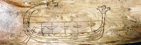 Скандинавская ладья с гордо поднятой драконьей головой, вырезанная на куске дерева (Морской музей, Берген)