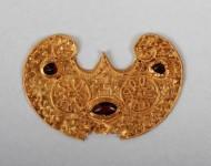 Золотая трехрогая лунница пельта, инкрустированная зернью, III век н.э