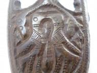 Наконечник ножен изображением двух птиц и коней