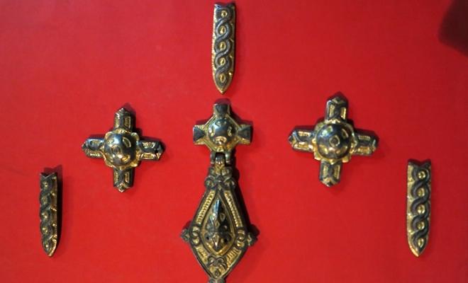 Черный археолог пытался продать металлические украшения конс.