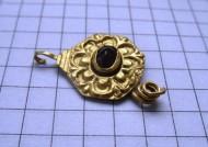 Золотая подвеска-привеска Черняховской культуры с камнем