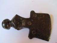 изображение руны «Одаль» на втулке топора