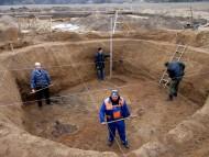 Особо выделялась одна из наиболее крупных и богатых находками ям, зафиксированная археологами в западной части раскопа. Вероятно, её следует интерпретировать как подполье боярских хором. Есть все основания считать, что именно здесь в XVI–XVII вв. стоял двор вотчинника.