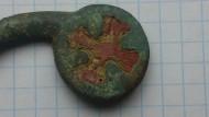 Отломанная дужка сольгамы с изображением «Рыцарского креста»