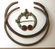 Сюльгама подковообразная с ромбовидным центральным сегментом и гривны, Дьяковская культура