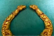 Золотая гривна-пектораль со сценами терзания грифонами оленей и баранов