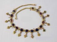 Золотое ожерелье с драгоценными камнями