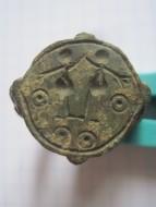 Перстень 12 века, с двумя человеческими фигурами и солярными символами на щитке
