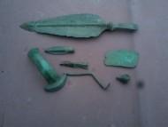 Бронзовый кинжал Сабатиновская культура, 16-14 века до н.э. и сопутствующие предметы