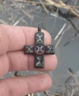 Находка древнерусского крестика с эмалями