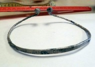 Витая шейная гривна с шишками на концах и рунической надписью