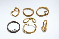 Находка клада золотых браслетов