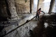Прокопанная траншея показывает вертикальный разрез земляной насыпи XI века