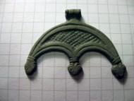 Трёхрогая бронзвая лунница с головами змей