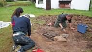 Археологи работают в саду