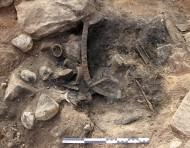 Личные вещи, найденные в могиле. Здесь мы можем увидеть бритву, ножницы для стрижки бороды, пинцет и сковороду