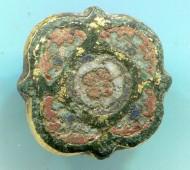 Пуговица, украшена перегородчатыми эмалями 4 цветов