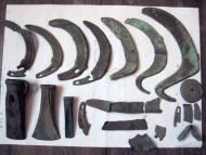 Интересный комплекс. Культура Ноуа, примерно 1450-1250 гг. до н.э., кельт восточнотрансильванского типа «Ришешти» с пещеркой, серпы слева - Карпатского типа, два правых - восточнокарпатский тип «Германешты»
