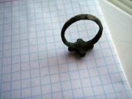 Перстень КР с крестообразными выступами и орнаментом на щитке