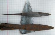 Большой наконечник стрелы и маленький наконечник копья или дротика