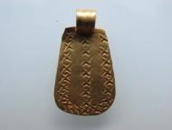 Золотая трапециевидная привеска с закругленными краями, украшенная x-образным орнаментом, Черняховская культура