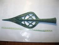 Бронзовый прорезной наконечник копья с символом