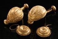 """Золотые броши, найденные возле останков """"принцессы"""" и девочки в Хенебурге. Фото: Dirk Krausse et al / Antiquity"""