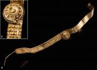 Золотая серьга (а) и фрагмент подвески (b), найденные рядом с останками женщины и девочки из Хенебурга. Фото: Dirk Krausse et al / Antiquity
