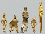 Все пять золотых фигурок, найденных на острове Борнхольд