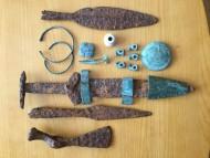 Комплекс воина: Два наконечника копий, акинак и топорик, плюс прибор ножен, украшения и фибула