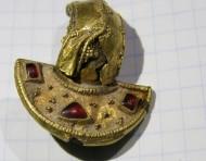 Готская золотая фибула, украшенная красными камнями