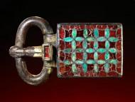 Большая, ювелирной работы, ременная пряга. Северо-Восточная Франция, ок. 600 год. н.э., длина: 10,4 см.
