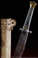 Поврежденный коорозией меч с золотыми ножнами рядом