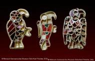 Сохранились только три птички-  ювелирных изделий из золота, инкрустированные драгоценными камнями