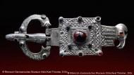 Тяжелая серебряная поясная пряга со стилизованной головой орла, со вставками драгоценных камней